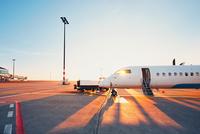 Airport at the sunset 11098078509| 写真素材・ストックフォト・画像・イラスト素材|アマナイメージズ