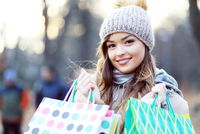woman carrying shopping bags 11098078518| 写真素材・ストックフォト・画像・イラスト素材|アマナイメージズ