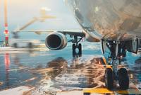 Deicing of the airplane 11098078519| 写真素材・ストックフォト・画像・イラスト素材|アマナイメージズ