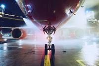Deicing of the airplane 11098078520| 写真素材・ストックフォト・画像・イラスト素材|アマナイメージズ