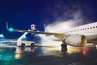 Deicing of the airplane 11098078521| 写真素材・ストックフォト・画像・イラスト素材|アマナイメージズ