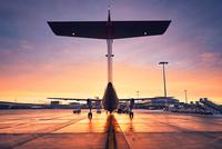 Airport at the sunrise 11098078546| 写真素材・ストックフォト・画像・イラスト素材|アマナイメージズ