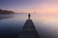 a sunset over the water 11098078607  写真素材・ストックフォト・画像・イラスト素材 アマナイメージズ