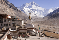 Everest from Rongphu Monastery, Tibet 11098078766| 写真素材・ストックフォト・画像・イラスト素材|アマナイメージズ