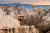 Hot air ballon flying over the landscape of Cappadocia 11098078892| 写真素材・ストックフォト・画像・イラスト素材|アマナイメージズ