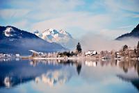 Mountain lake in Alps with scenic reflection 11098079146| 写真素材・ストックフォト・画像・イラスト素材|アマナイメージズ