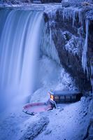 a man riding skis down a waterfall 11098079305| 写真素材・ストックフォト・画像・イラスト素材|アマナイメージズ