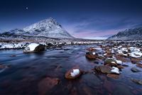 Sunrise and moon at Buachaille Etive Mor 11098079454| 写真素材・ストックフォト・画像・イラスト素材|アマナイメージズ