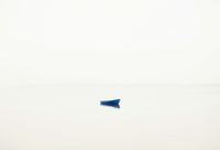 Lonely boat in fog 11098079646| 写真素材・ストックフォト・画像・イラスト素材|アマナイメージズ