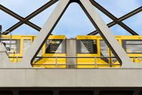 yellow moving tram on a bridge in berlin 11098080058| 写真素材・ストックフォト・画像・イラスト素材|アマナイメージズ