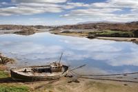 old beached fishing boat on Irish beach 11098080104  写真素材・ストックフォト・画像・イラスト素材 アマナイメージズ