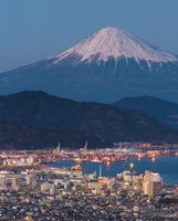 Night view of Japan Shizuoka prefecture with Mountain Fuji in Ba 11098080694| 写真素材・ストックフォト・画像・イラスト素材|アマナイメージズ