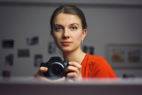 Girl taking picture of herself 11098080698| 写真素材・ストックフォト・画像・イラスト素材|アマナイメージズ
