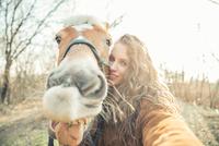Selfie with funny face horse 11098080818| 写真素材・ストックフォト・画像・イラスト素材|アマナイメージズ