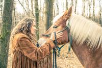 Woman stroking horse 11098080819| 写真素材・ストックフォト・画像・イラスト素材|アマナイメージズ