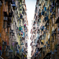a crowded city street surrounded by tall buildings 11098080859| 写真素材・ストックフォト・画像・イラスト素材|アマナイメージズ