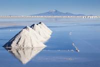 Salt pyramids, Salar de Uyuni, Bolivia 11098080868| 写真素材・ストックフォト・画像・イラスト素材|アマナイメージズ