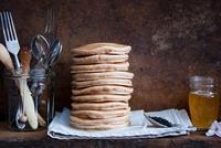 Whole Wheat Pancakes 11098080965| 写真素材・ストックフォト・画像・イラスト素材|アマナイメージズ