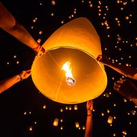 Floating lantern, Yi Peng Festival at Chiangmai in Thailand 11098081383| 写真素材・ストックフォト・画像・イラスト素材|アマナイメージズ