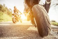 two motorcycles on the hills 11098081384| 写真素材・ストックフォト・画像・イラスト素材|アマナイメージズ