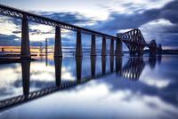 The Forth Rail Bridge During Twilight 11098081761| 写真素材・ストックフォト・画像・イラスト素材|アマナイメージズ