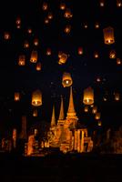 Floating lamp in Wat Phrasisanpetch at Ayutthaya,Thailand 11098081789| 写真素材・ストックフォト・画像・イラスト素材|アマナイメージズ