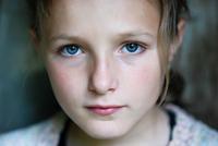 Sad girl 11098081997| 写真素材・ストックフォト・画像・イラスト素材|アマナイメージズ