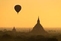 Hot air balloon experience in Bagan 11098082045| 写真素材・ストックフォト・画像・イラスト素材|アマナイメージズ