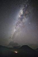 Milky Way over Tengger mountains 11098082078| 写真素材・ストックフォト・画像・イラスト素材|アマナイメージズ