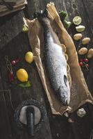 Preparing whole salmon fish for cooking 11098082177| 写真素材・ストックフォト・画像・イラスト素材|アマナイメージズ