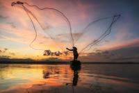 Fisherman of Bangpra Lake in action when fishing, Thailand 11098082272| 写真素材・ストックフォト・画像・イラスト素材|アマナイメージズ