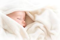 Baby sleeping covered with soft blanket 11098082308| 写真素材・ストックフォト・画像・イラスト素材|アマナイメージズ