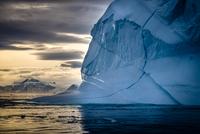 Greenland ice shape reflections 11098082342| 写真素材・ストックフォト・画像・イラスト素材|アマナイメージズ