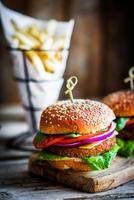 Homemade burgers on rustic wooden background 11098082502| 写真素材・ストックフォト・画像・イラスト素材|アマナイメージズ