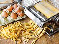 Fresh pasta fettuccini homemade. 11098082618| 写真素材・ストックフォト・画像・イラスト素材|アマナイメージズ