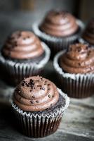 Chocolate cupcakes on rustic wooden background 11098082772| 写真素材・ストックフォト・画像・イラスト素材|アマナイメージズ