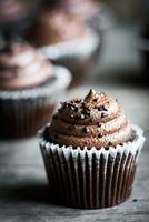 Chocolate cupcakes on rustic wooden background 11098082773| 写真素材・ストックフォト・画像・イラスト素材|アマナイメージズ