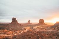 Red rocks & dusty dirt road, Monument Valley 11098082778| 写真素材・ストックフォト・画像・イラスト素材|アマナイメージズ