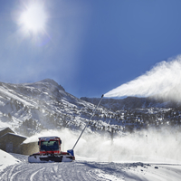 Red snow groomer in the mountain 11098082813| 写真素材・ストックフォト・画像・イラスト素材|アマナイメージズ