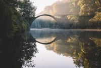 Rakotz Bridge during Sunrise 11098082815  写真素材・ストックフォト・画像・イラスト素材 アマナイメージズ