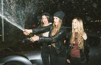 Three friends making party outdoor in the night 11098082816| 写真素材・ストックフォト・画像・イラスト素材|アマナイメージズ