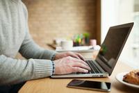 Businessman working on laptop at desk. 11098082912| 写真素材・ストックフォト・画像・イラスト素材|アマナイメージズ