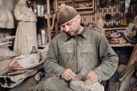 Sculptor man working in his workshop 11098082930| 写真素材・ストックフォト・画像・イラスト素材|アマナイメージズ