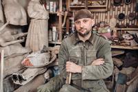 Portrait of sculpture man in his home studio 11098082931| 写真素材・ストックフォト・画像・イラスト素材|アマナイメージズ