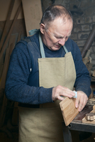 Men sandpaper grinds wood product in a workshop 11098082968| 写真素材・ストックフォト・画像・イラスト素材|アマナイメージズ