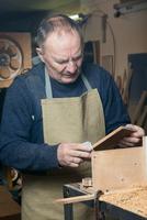 Men sandpaper grinds wood product in a workshop 11098082969| 写真素材・ストックフォト・画像・イラスト素材|アマナイメージズ