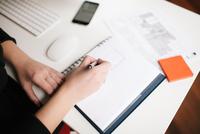 Businesswoman writing in notebook. 11098082987| 写真素材・ストックフォト・画像・イラスト素材|アマナイメージズ