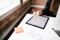 Businesswoman using stylus to write in tablet. 11098082989| 写真素材・ストックフォト・画像・イラスト素材|アマナイメージズ