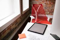 Tablet on a desk in a modern office. 11098082990| 写真素材・ストックフォト・画像・イラスト素材|アマナイメージズ