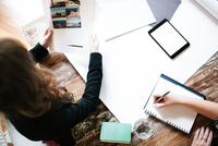 Businesswomen collaborating in meeting room. 11098082995| 写真素材・ストックフォト・画像・イラスト素材|アマナイメージズ
